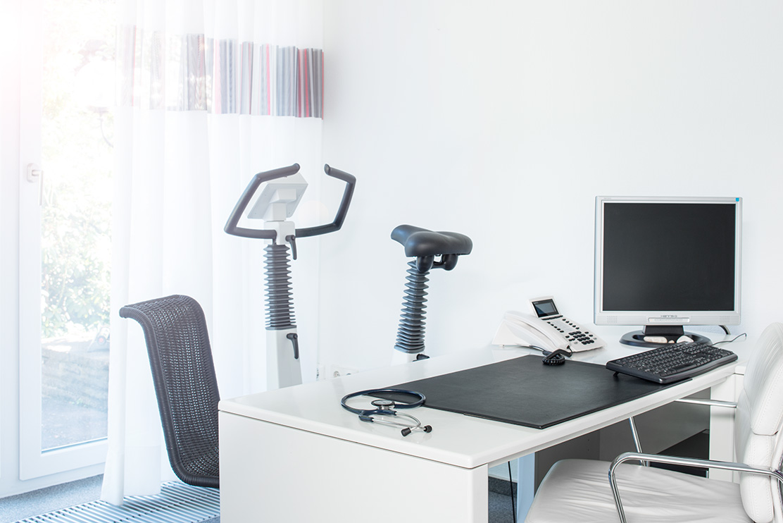Dr-Pavenstaedt-Hausarzt-Behandlungszimmer-EKG