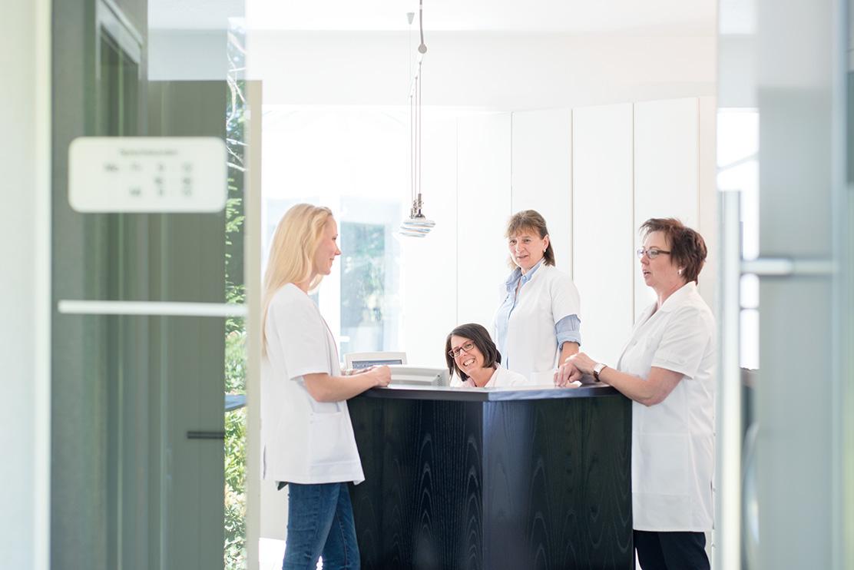 Dr-Pavenstaedt-Hausarzt-Empfang-Mitarbeiter